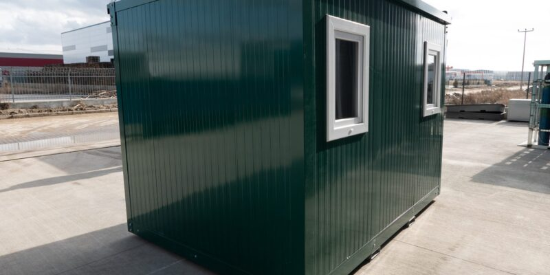 Kantoorruimte in de RAL kleur donkergroen met twee ramen erin