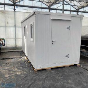 Demontabele kantoor unit in witte kleur opgebouwd op het terrein van Zelfbouwcontainer