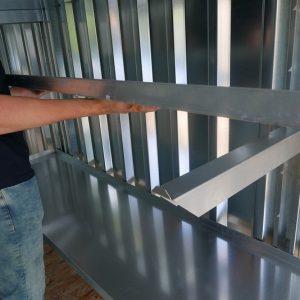 Stevige 3x2 stellage die hangt aan de muur van uw zelfbouwcontainer