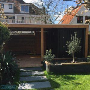 Zwarte demontabele opslag tuincontainer op veranda met hout