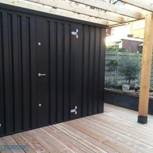 Zwarte container in een tuin geplaatste verande