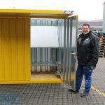 Geel RAL gekleurde rookcontainer met afdak overkapping met een stelling en bouwtekeningen