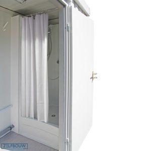 Zijaanzicht douche container voor campings