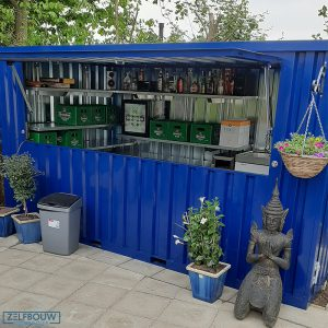 Demontabele bar container in de tuin bar, met drank uitgestald